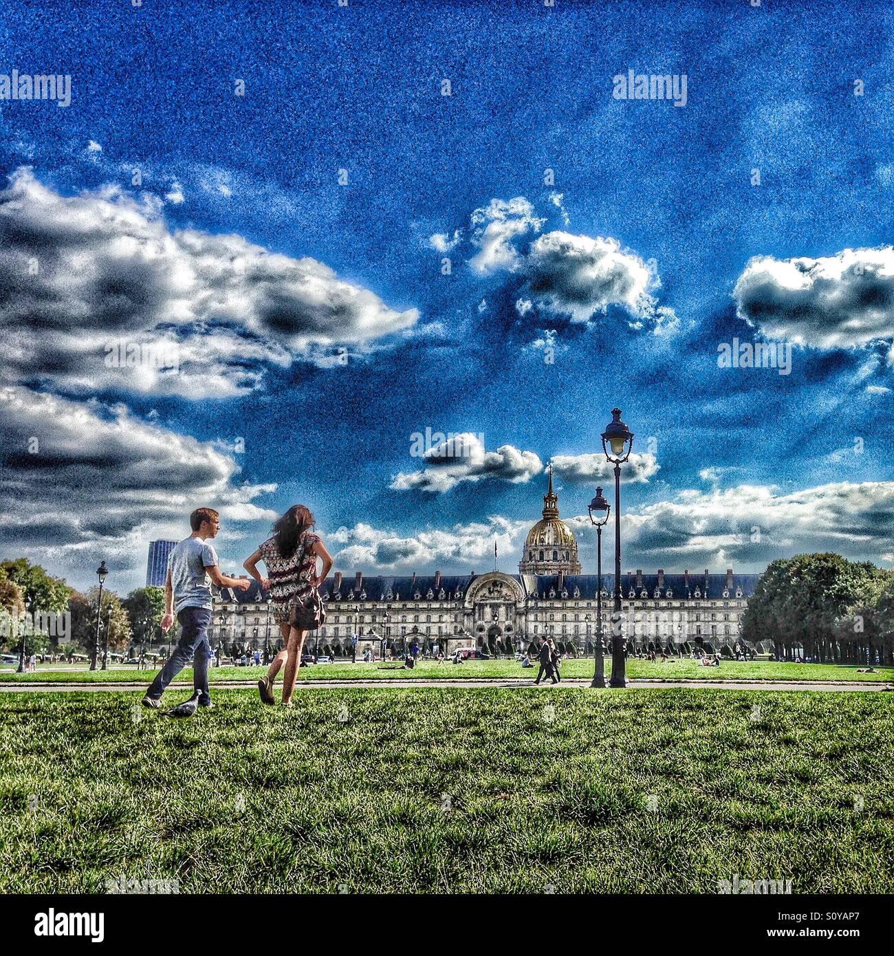 Jeune couple en train de marcher en face de l'Hôtel des Invalides à Paris, France Banque D'Images