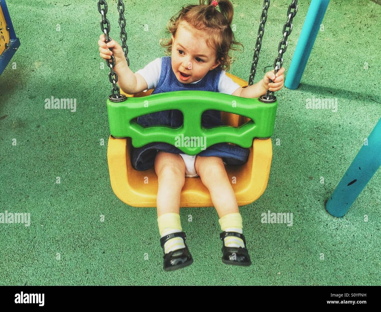 Baby girl sur l'oscillation Photo Stock