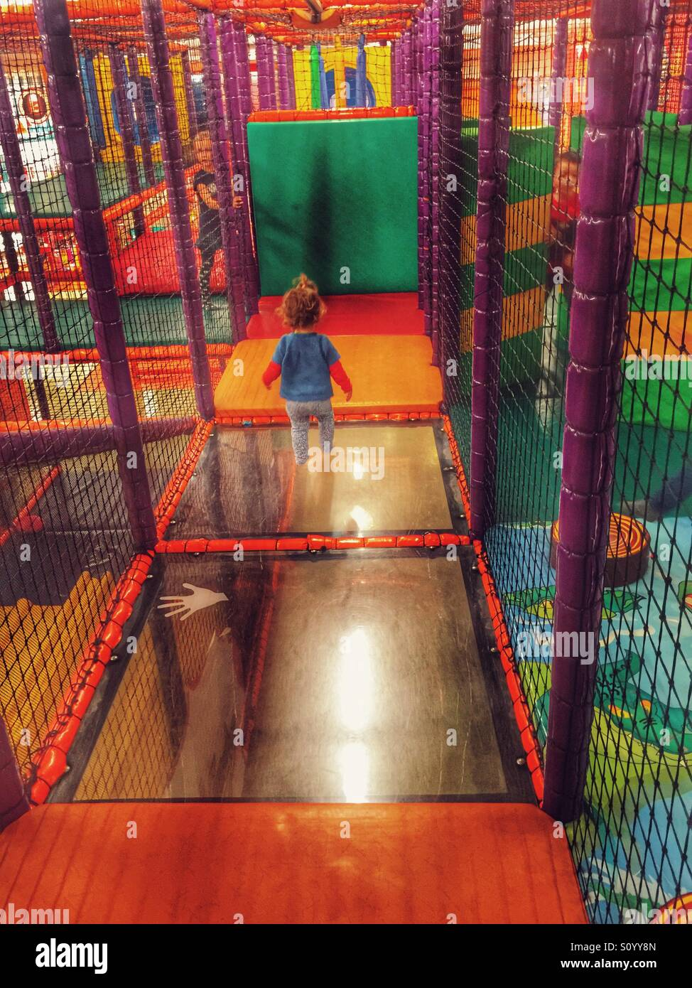 Enfant jouant dans l'aire de m Banque D'Images