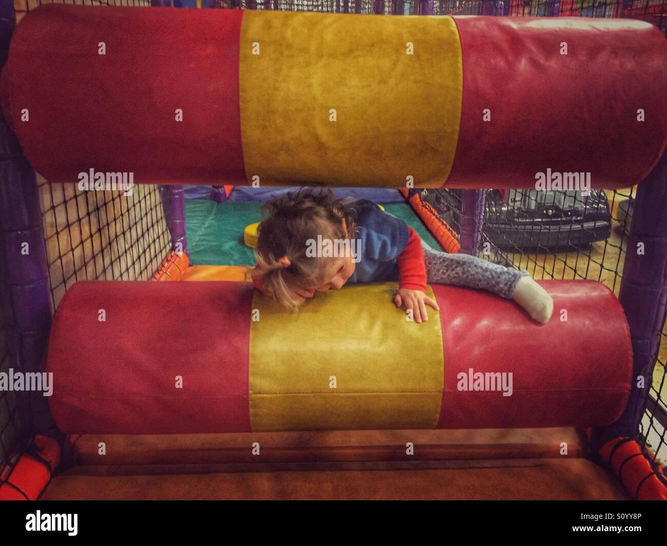 Toddler playing dans l'intérieur de jeux pour enfants Photo Stock