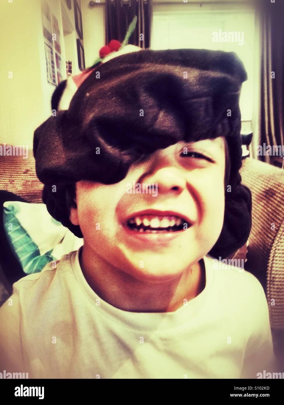 Un jeune garçon portant un chapeau de fête. Photo Stock