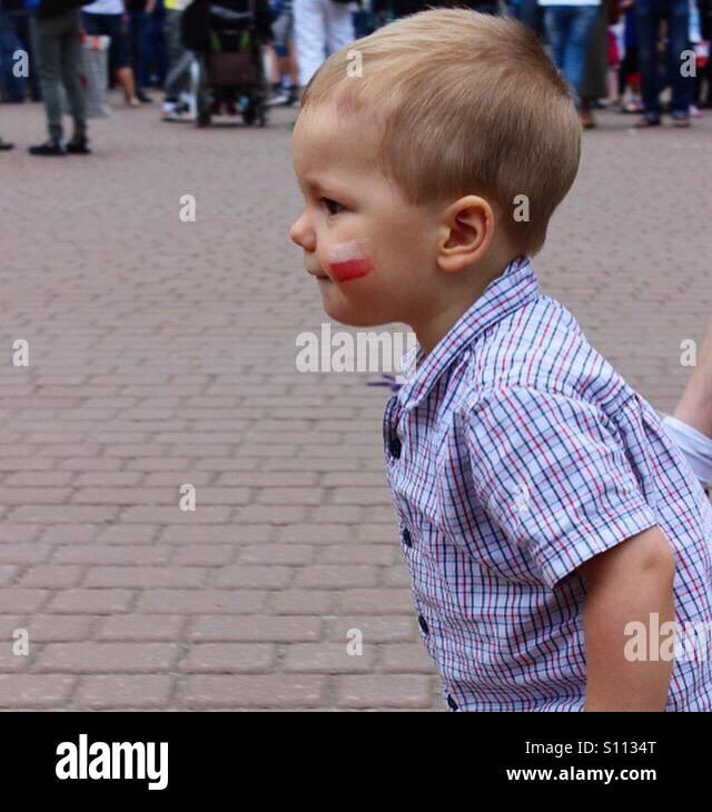 Un profil de baby boy en mouvement portant chemise manches courtes, étant à l'extérieur, avec Photo Stock