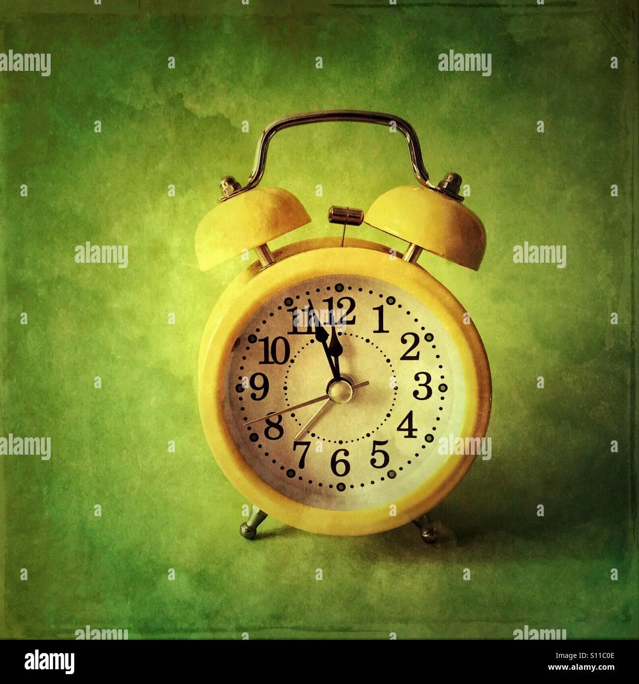 Réveil rétro- trois minutes à minuit Photo Stock