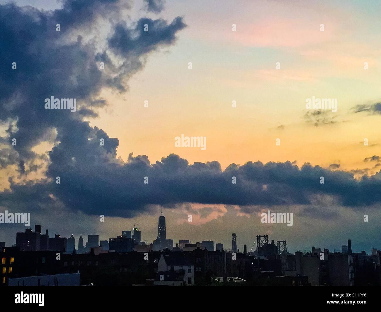 Vue de la ville de New York pendant le coucher du soleil de Williamsburg, Brooklyn. Banque D'Images