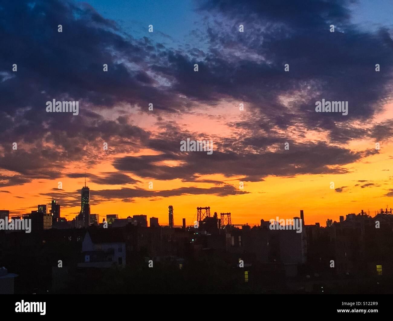 New York City coucher du soleil à partir de l'avis de Williamsburg, Brooklyn. Banque D'Images