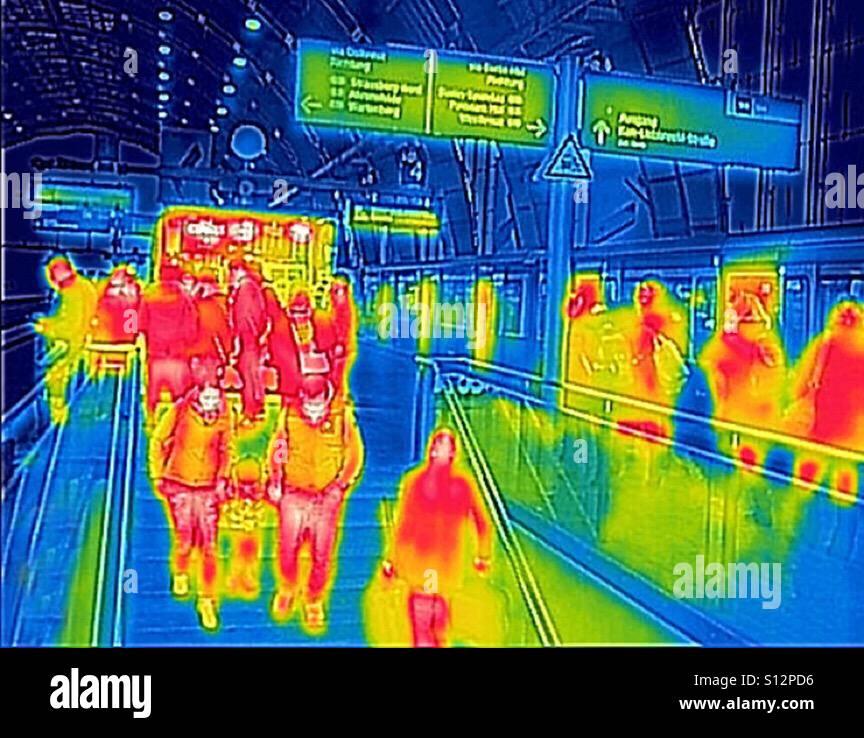 Image thermique de personnes dans une gare ferroviaire Photo Stock