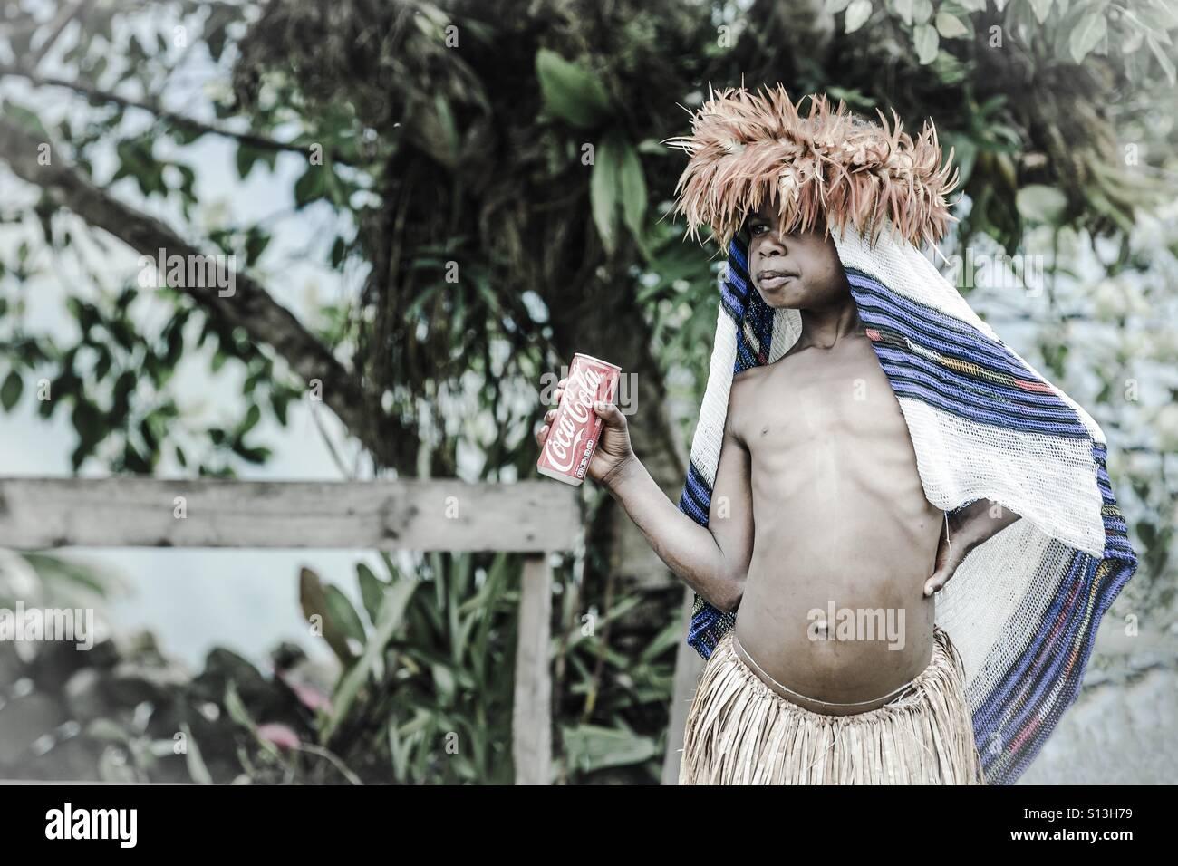 Fille Tribal avec une canette de coke Photo Stock