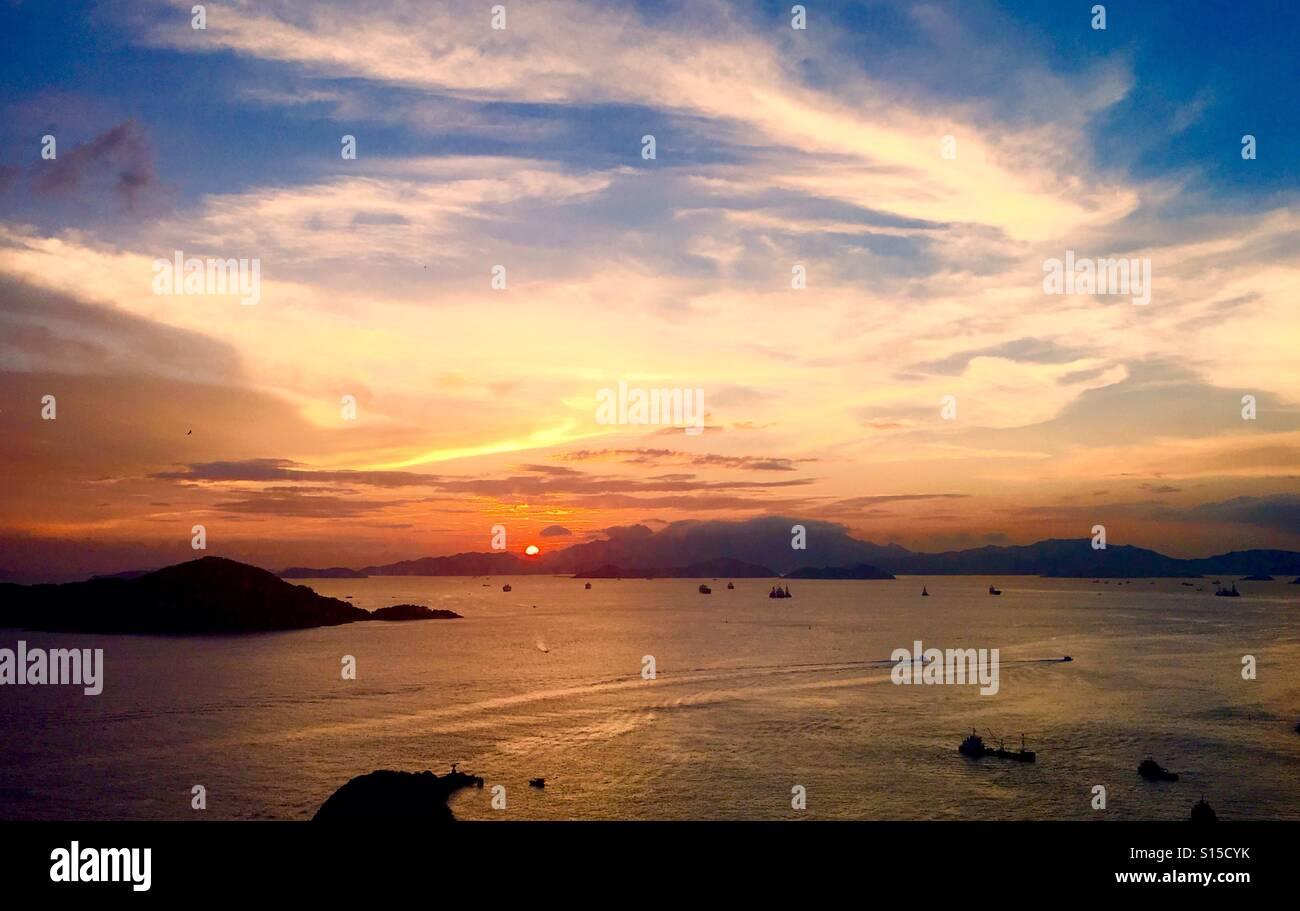 f1188a7d395cf5 Coucher de soleil spectaculaire sur l est Chanel lamma à Hong Kong. Photo  Stock