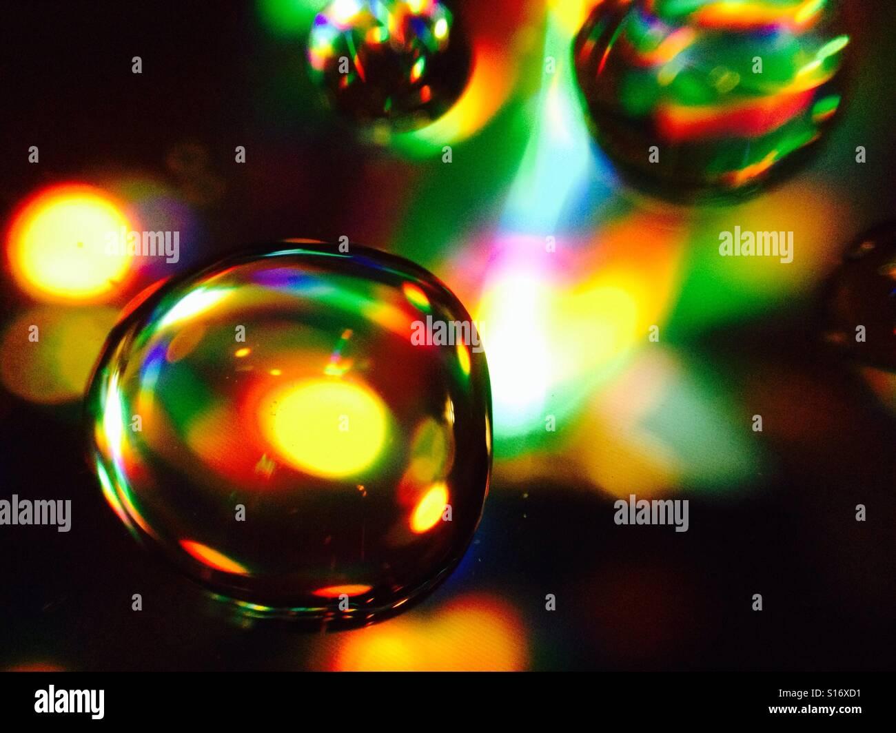 Les gouttes d'eau avec lumière réfraction Banque D'Images
