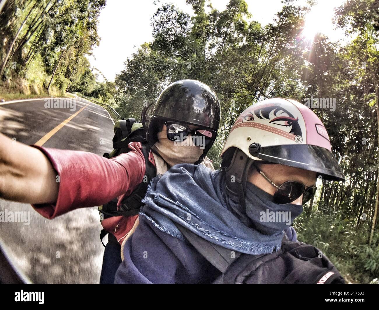 Selfies voyageur sur la moto Banque D'Images