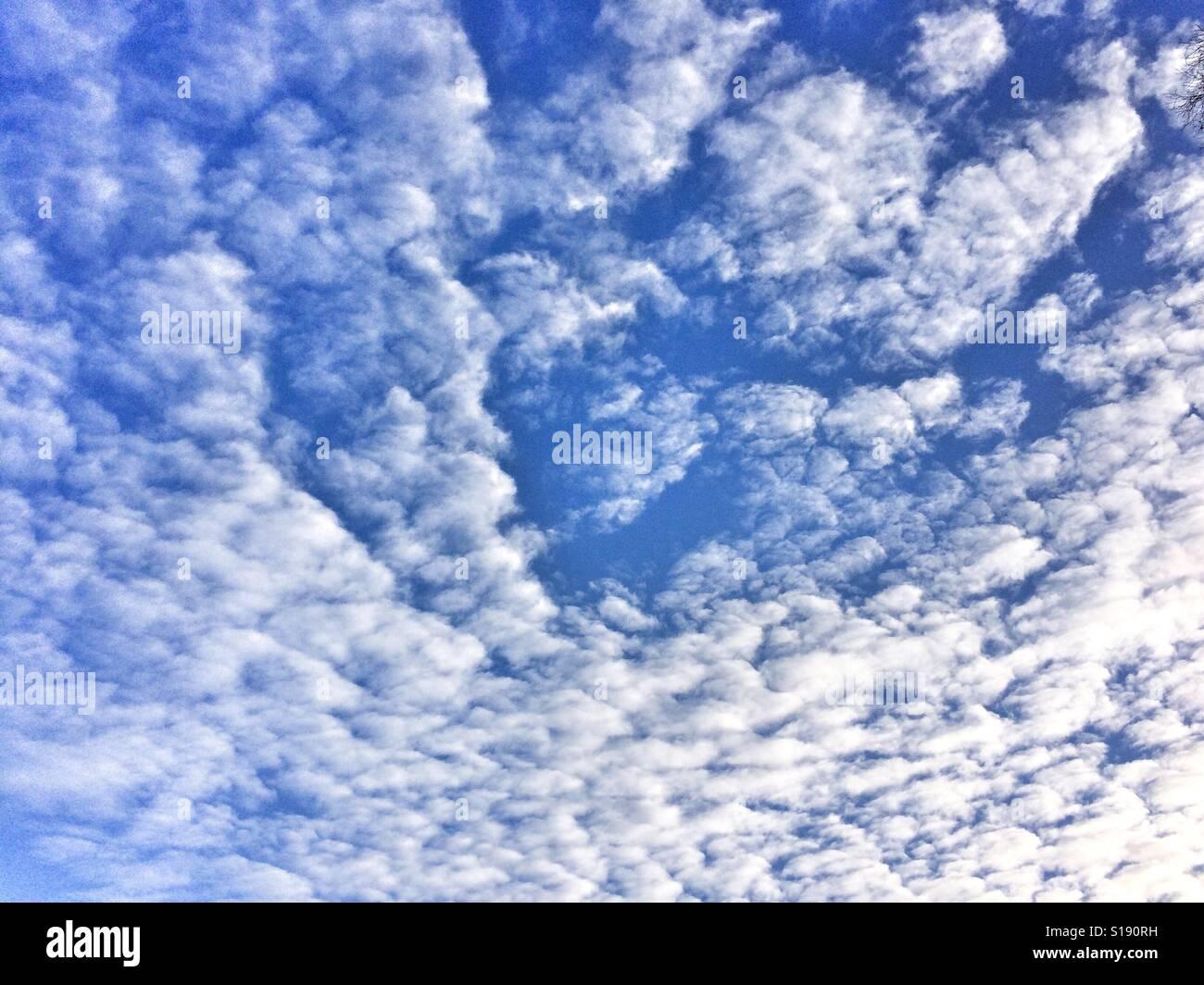 Ciel bleu avec des nuages blancs. Banque D'Images
