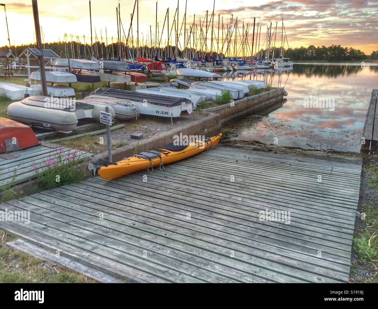 Kayak dans le port avec d'autres bateaux Banque D'Images