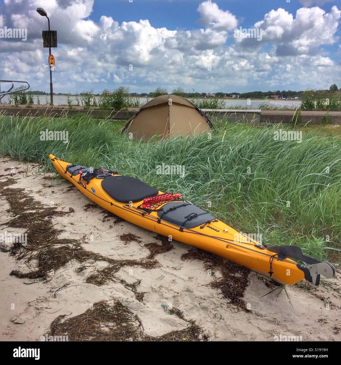 Kayak Prijon en face de tente Hilleberg Staika Banque D'Images