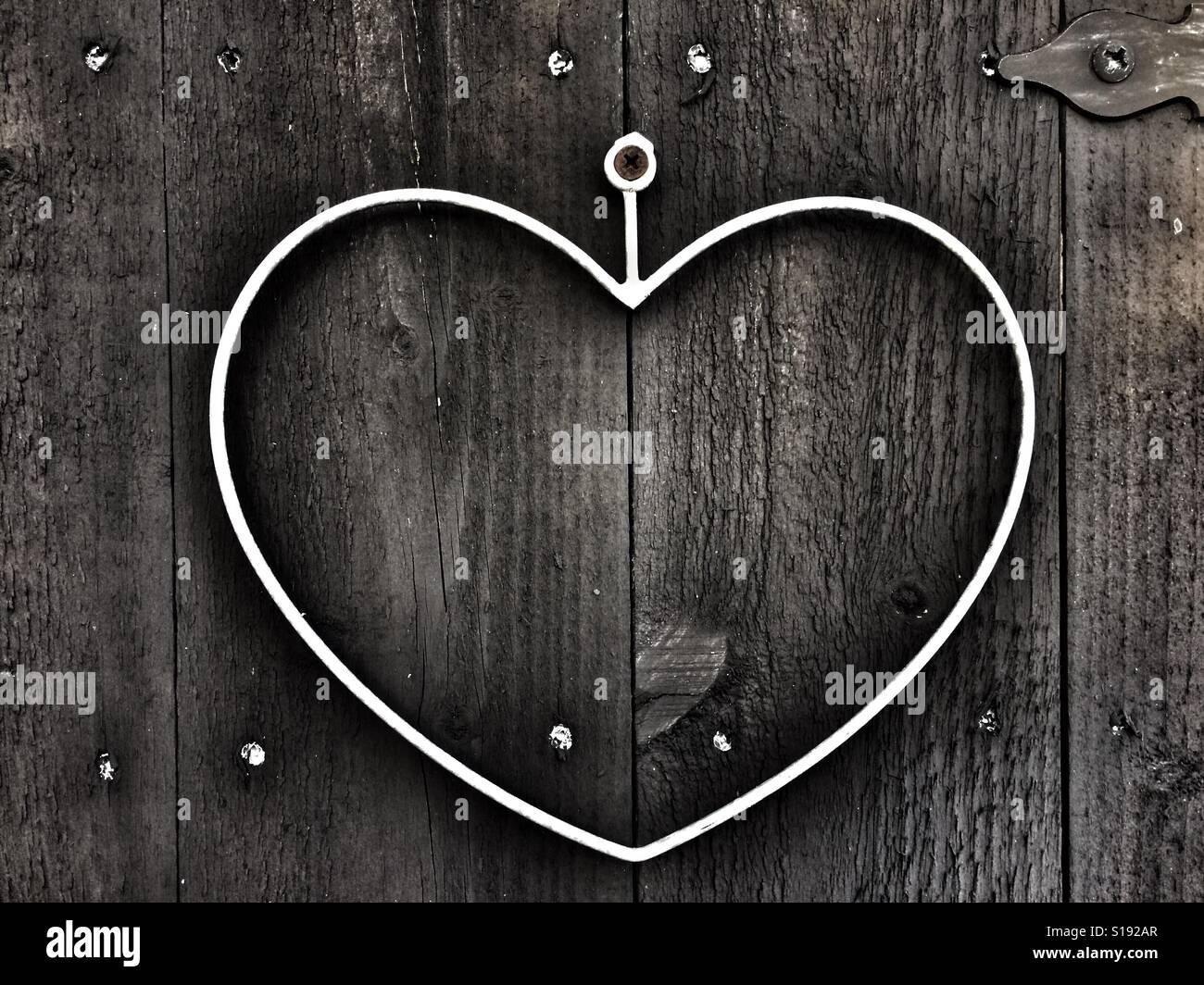 Cœur de fer sur la porte en bois Banque D'Images