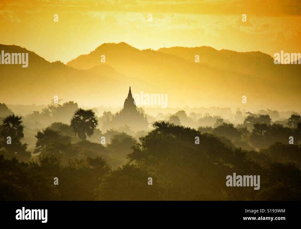 Birmanie Myanmar Bagan temple dans Misty Lever du Soleil Banque D'Images