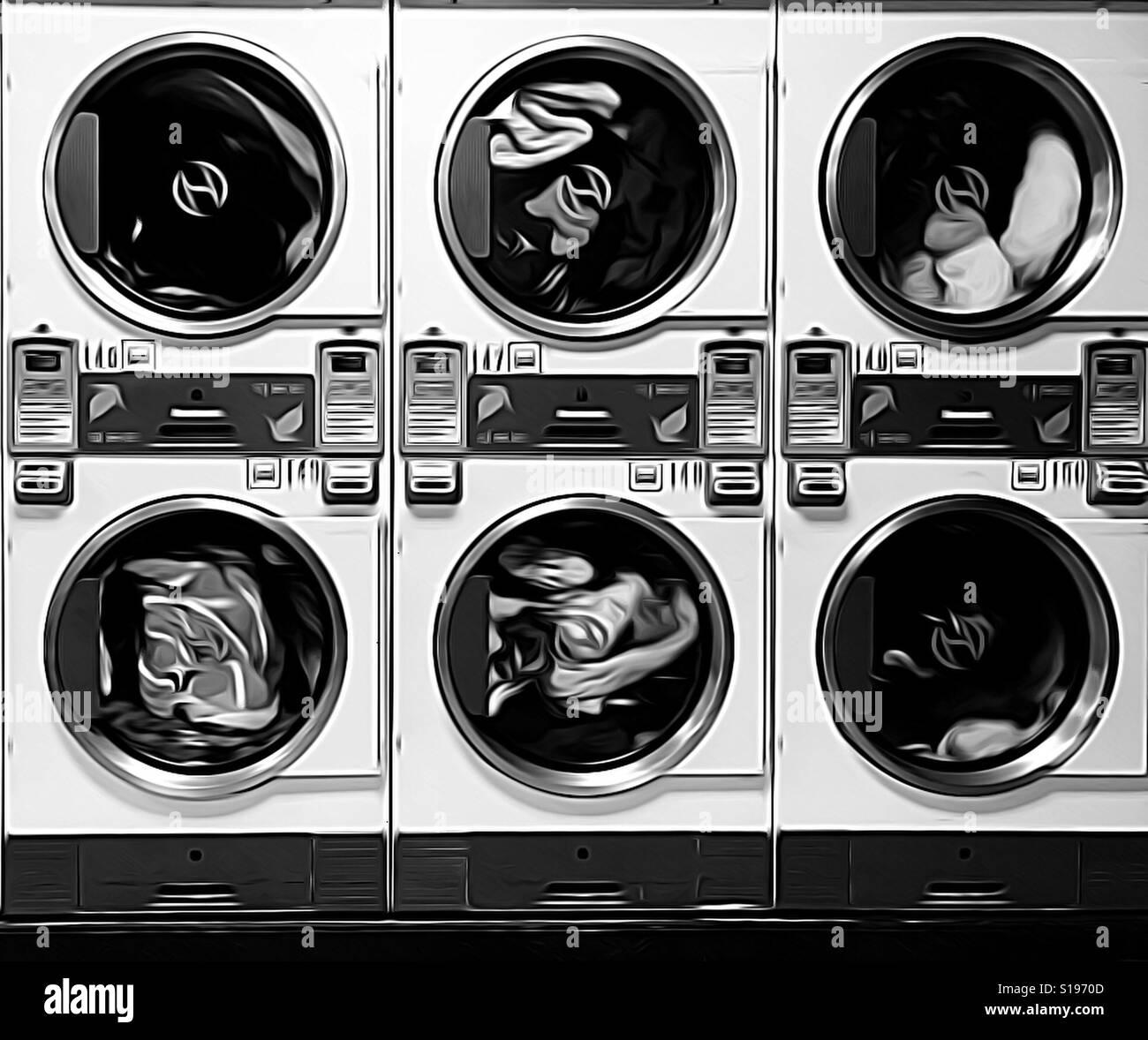 La chute des vêtements secs à la laverie automatique en noir et blanc Banque D'Images