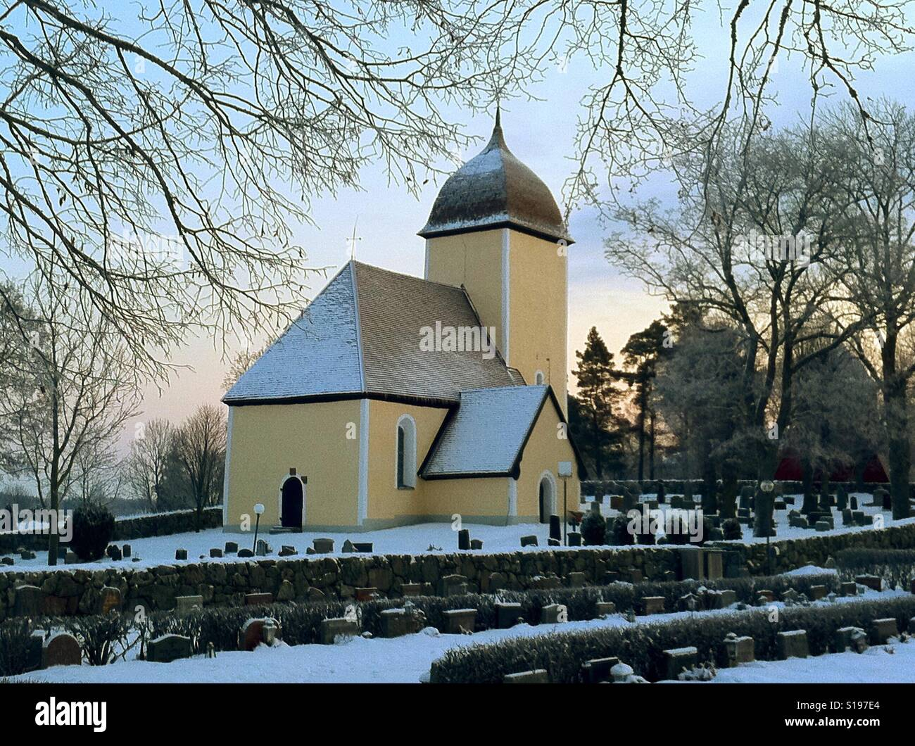 Husby-Ärlinghundra à l'extérieur de l'église d'Arlanda, Suède. Banque D'Images