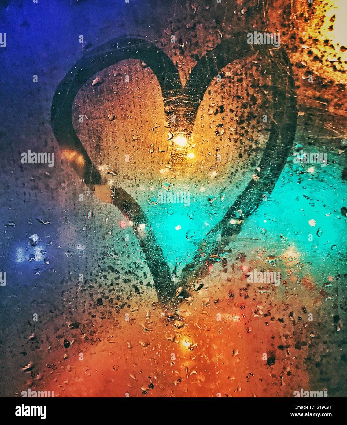 Un coeur d'amour signe sur la fenêtre d'un bus Photo Stock