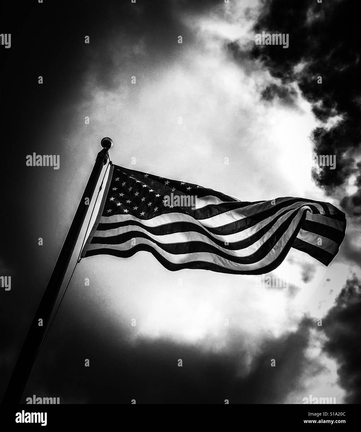 Noir et blanc édition spectaculaire American flag flying Banque D'Images