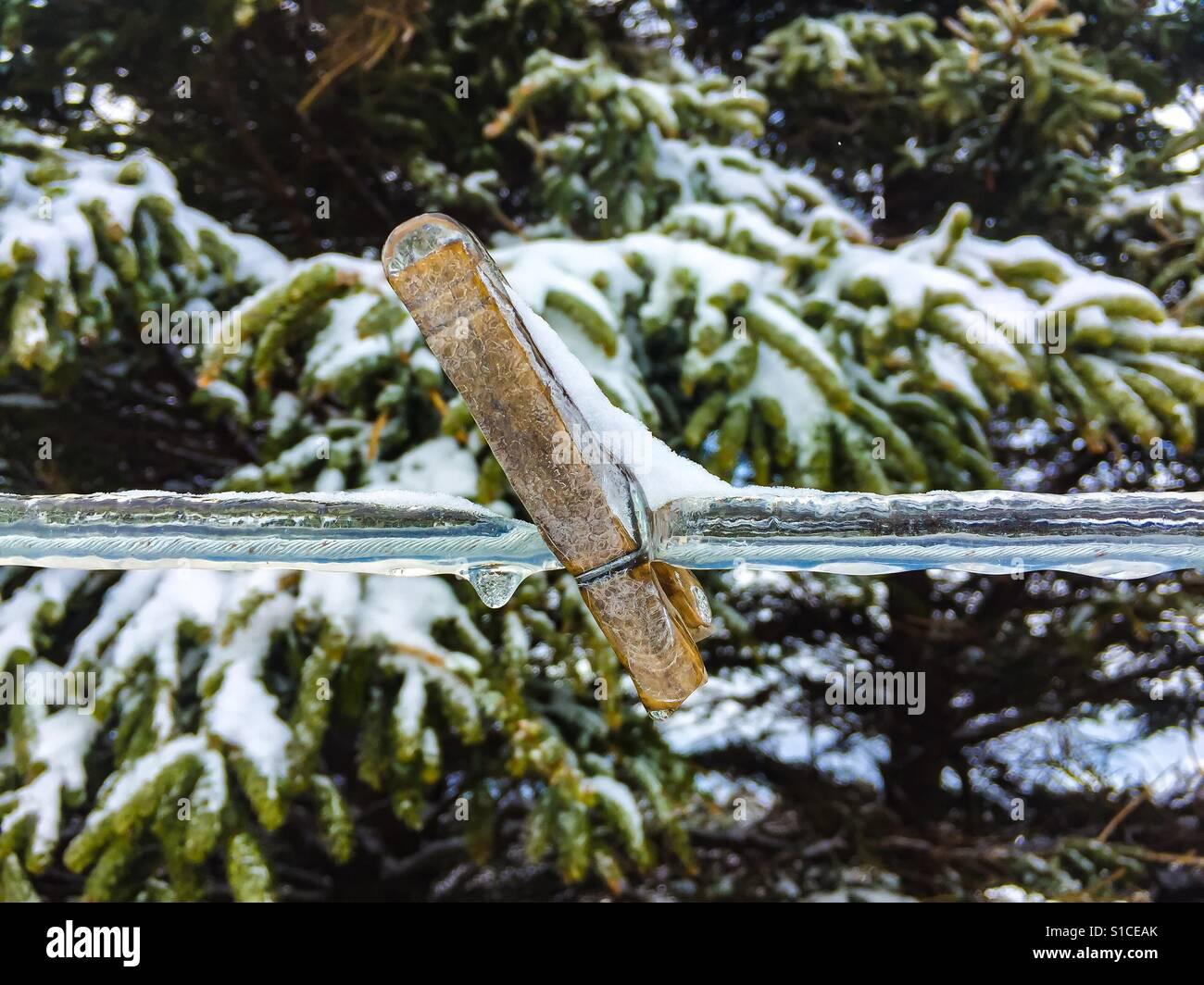 Clothespin sur une ligne de couverts de glace Photo Stock