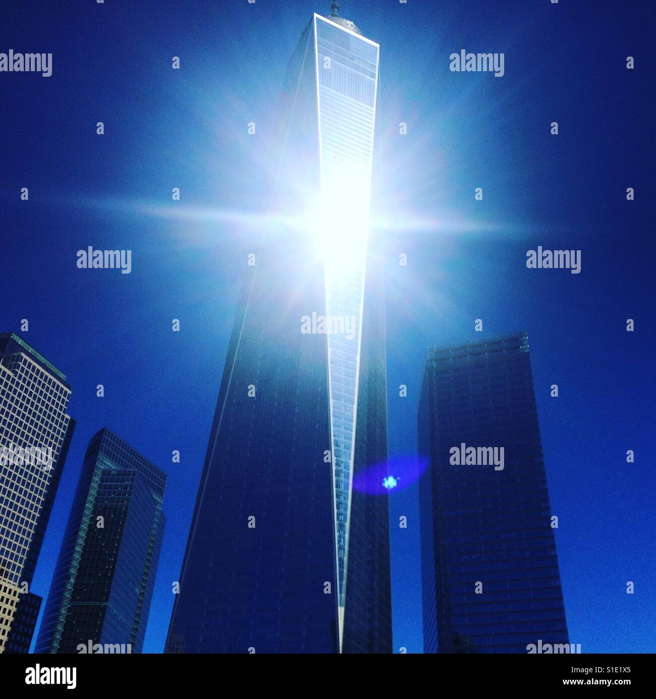 La lumière du soleil sur la vitre d'un World Trade Center, New York, New York Photo Stock