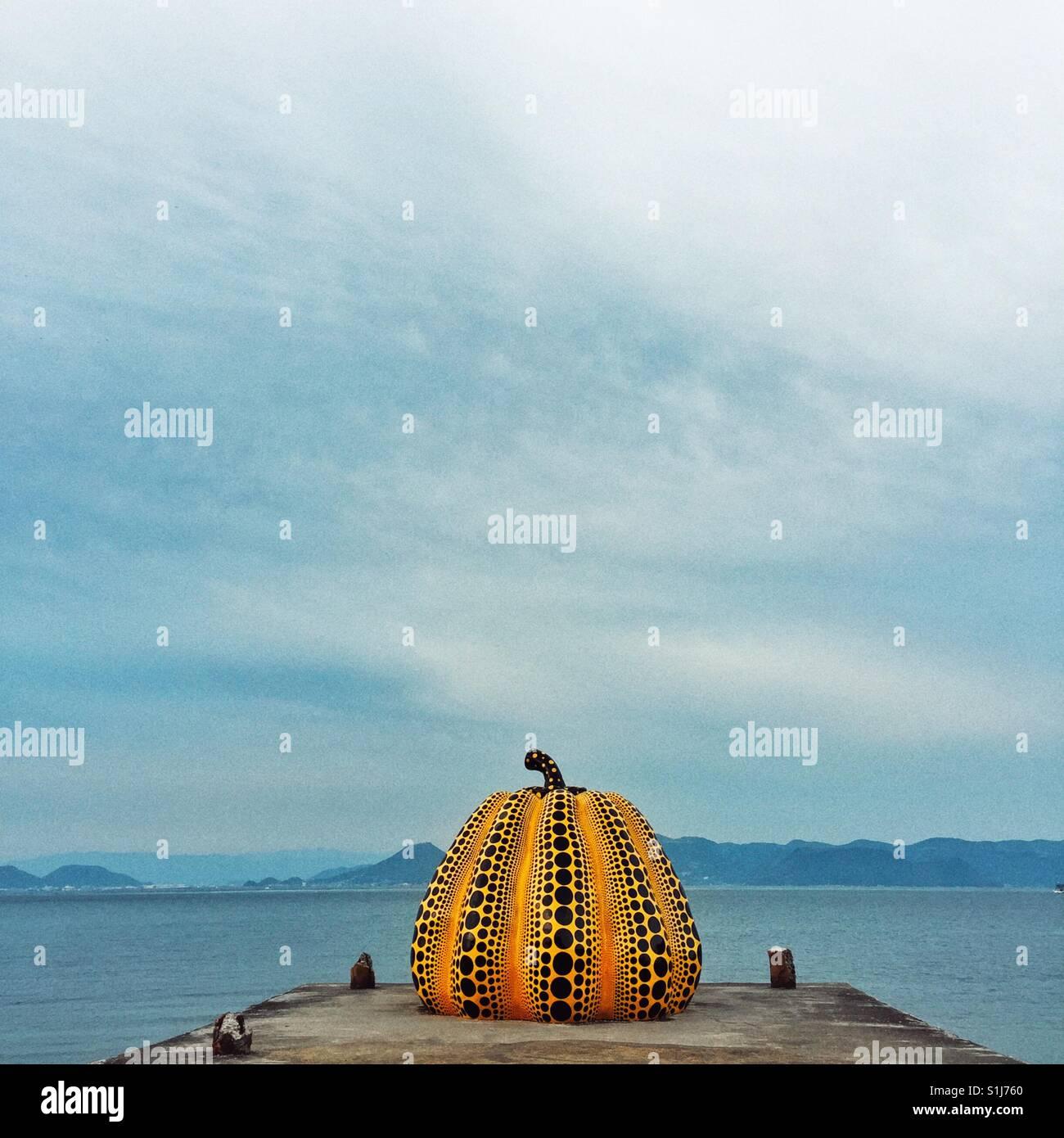 Célèbre citrouille jaune avec des points noirs par l'artiste japonaise Yayoi Kusama installés Photo Stock
