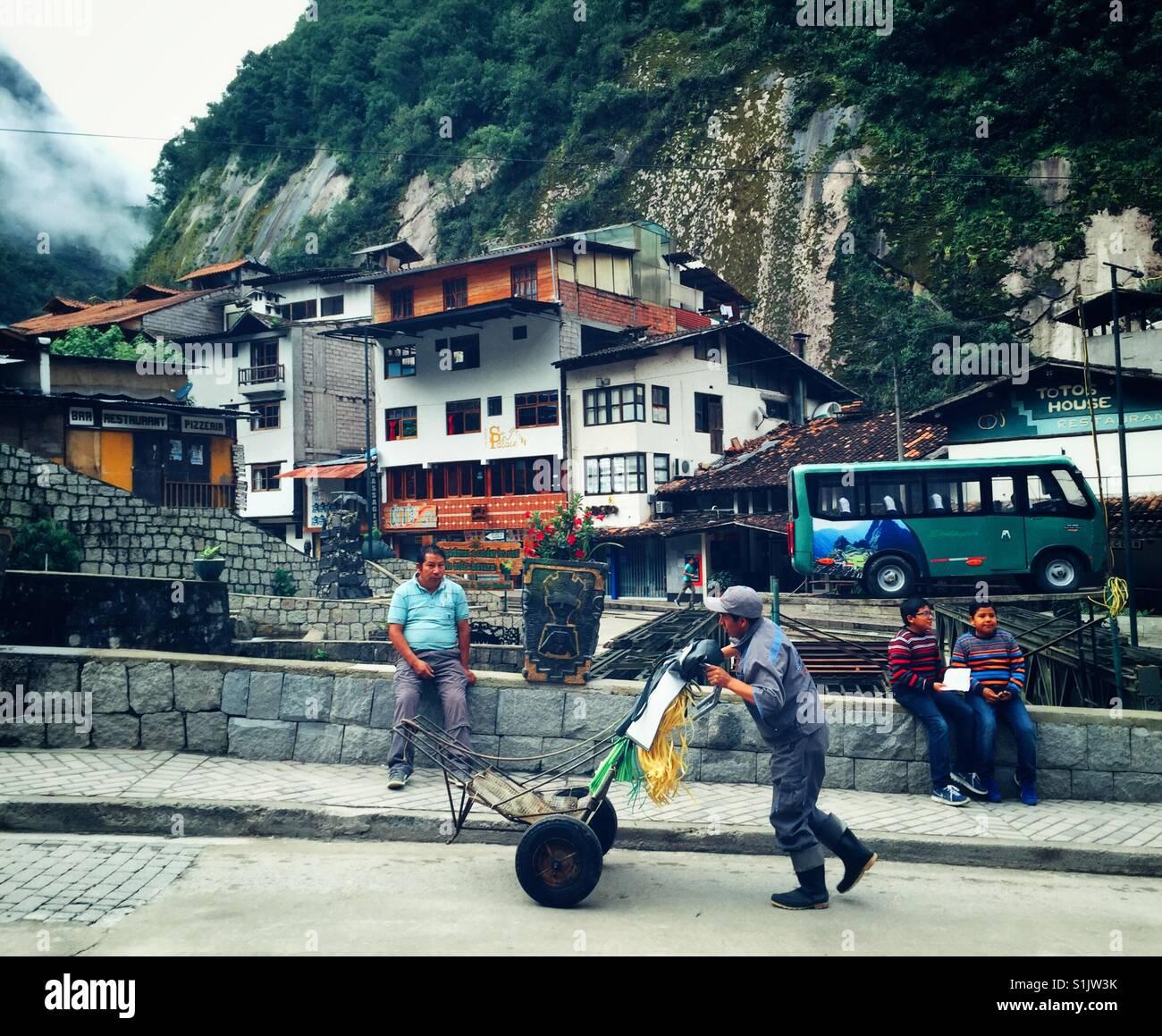 La vie quotidienne s'écoule dans les rues d'Aguas Calientes, le point de départ pour le Machu Photo Stock