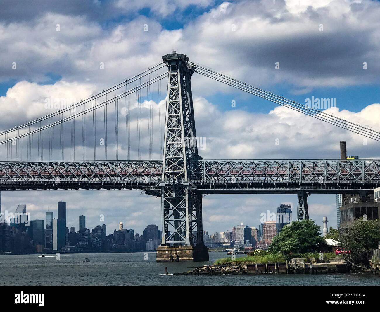 Le pont de Williamsburg du ferry allant du centre-ville. Brooklyn, New York. Banque D'Images