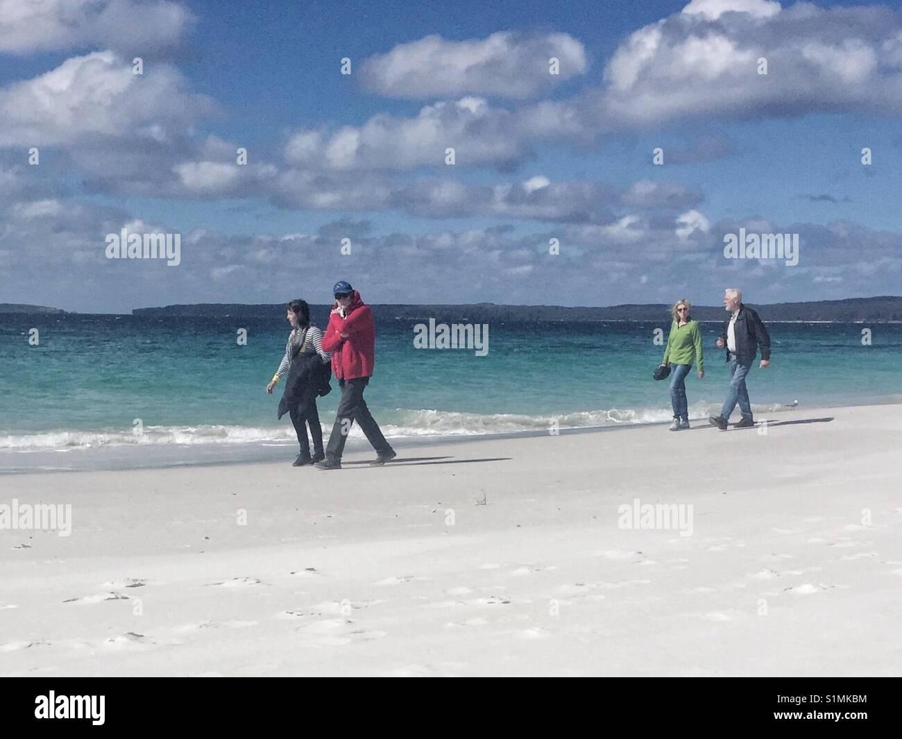 Les retraités bénéficiant d'une activité de vie et marcher le long de la magnifique plage Photo Stock