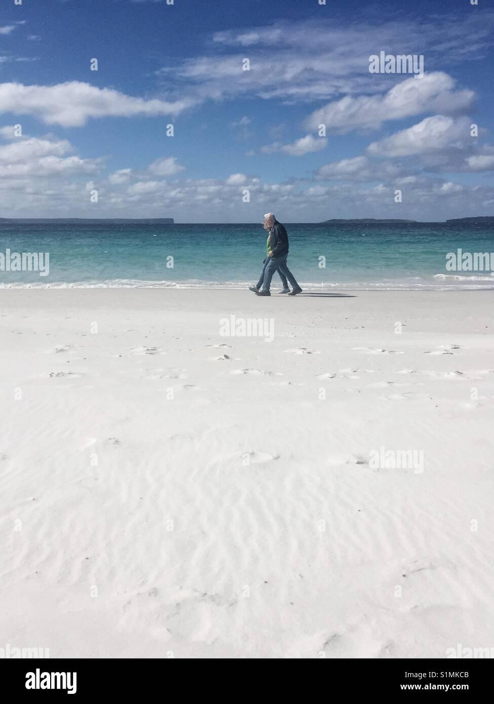 Deux promenades le long du bord de l'eau. Hyams beach, NSW, Australie. Contexte de l'eau de la Baie de Jervis Photo Stock