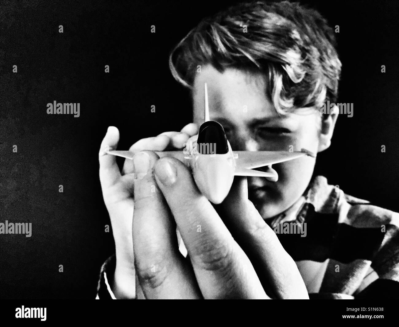 Garçon jouant avec modèle réduit d'aéronef Photo Stock