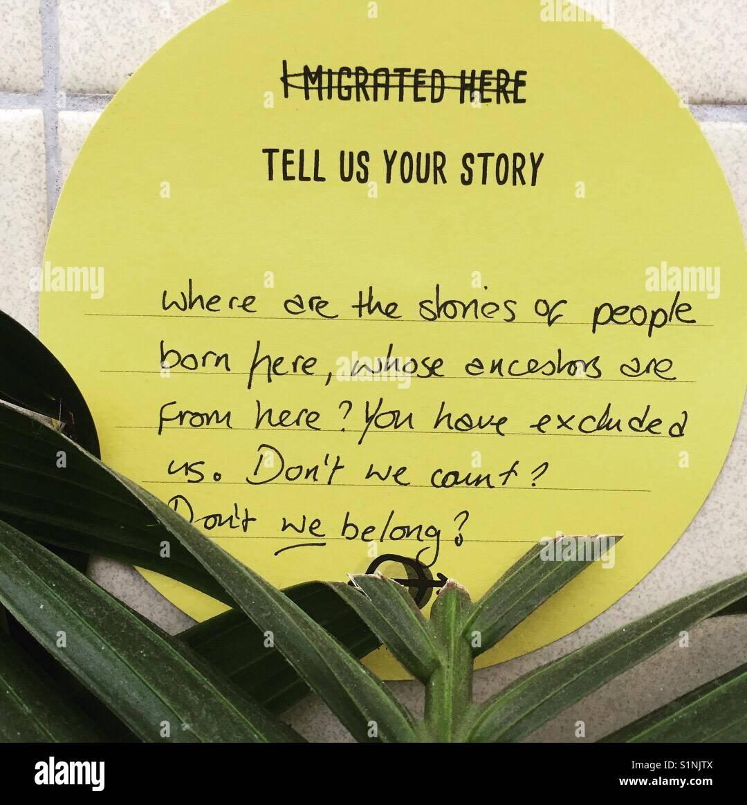Histoires de migration sont partagés sur le mur de la station de métro East Finchley à Londres, Angleterre Photo Stock