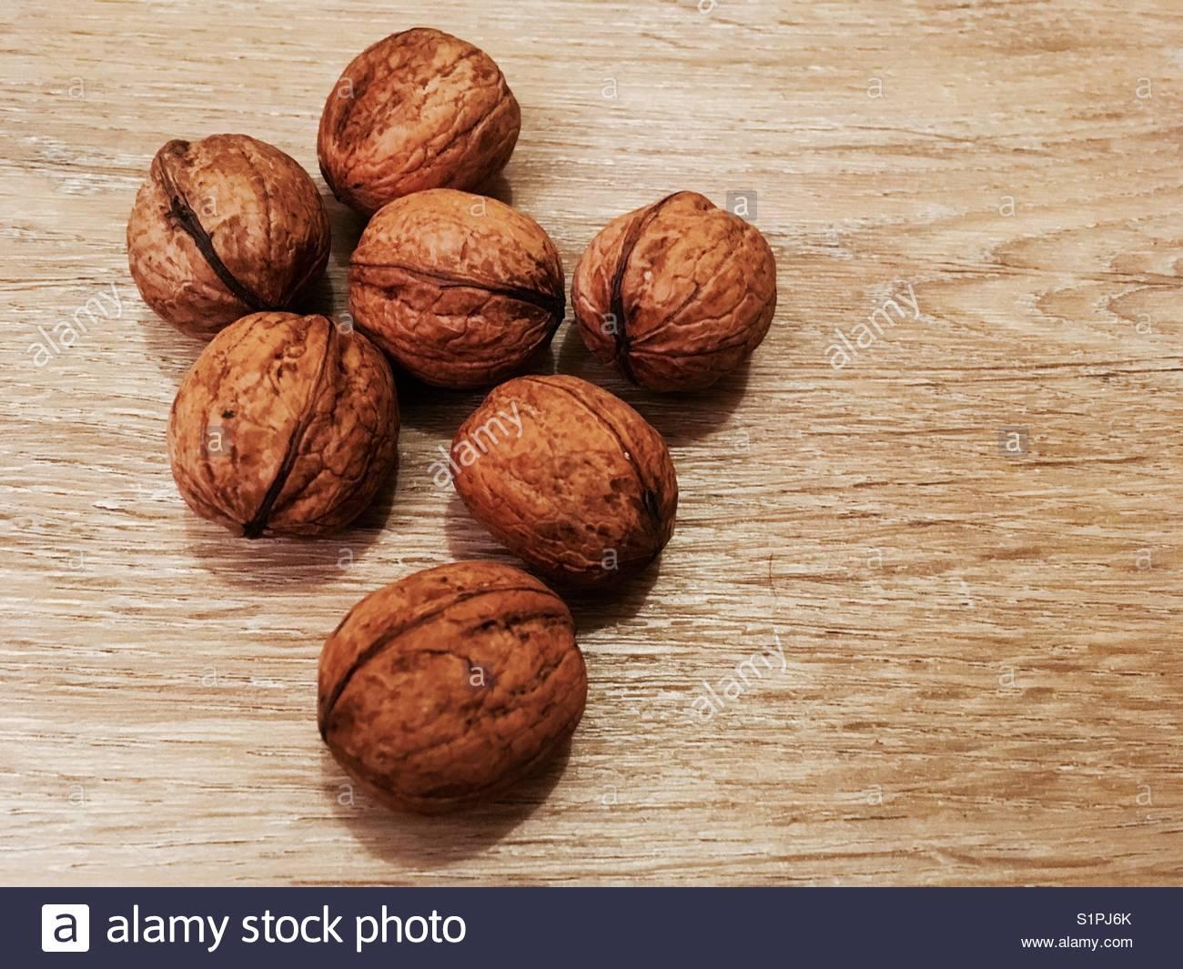 Les noix sur un fond en bois avec copie espace fourni Photo Stock