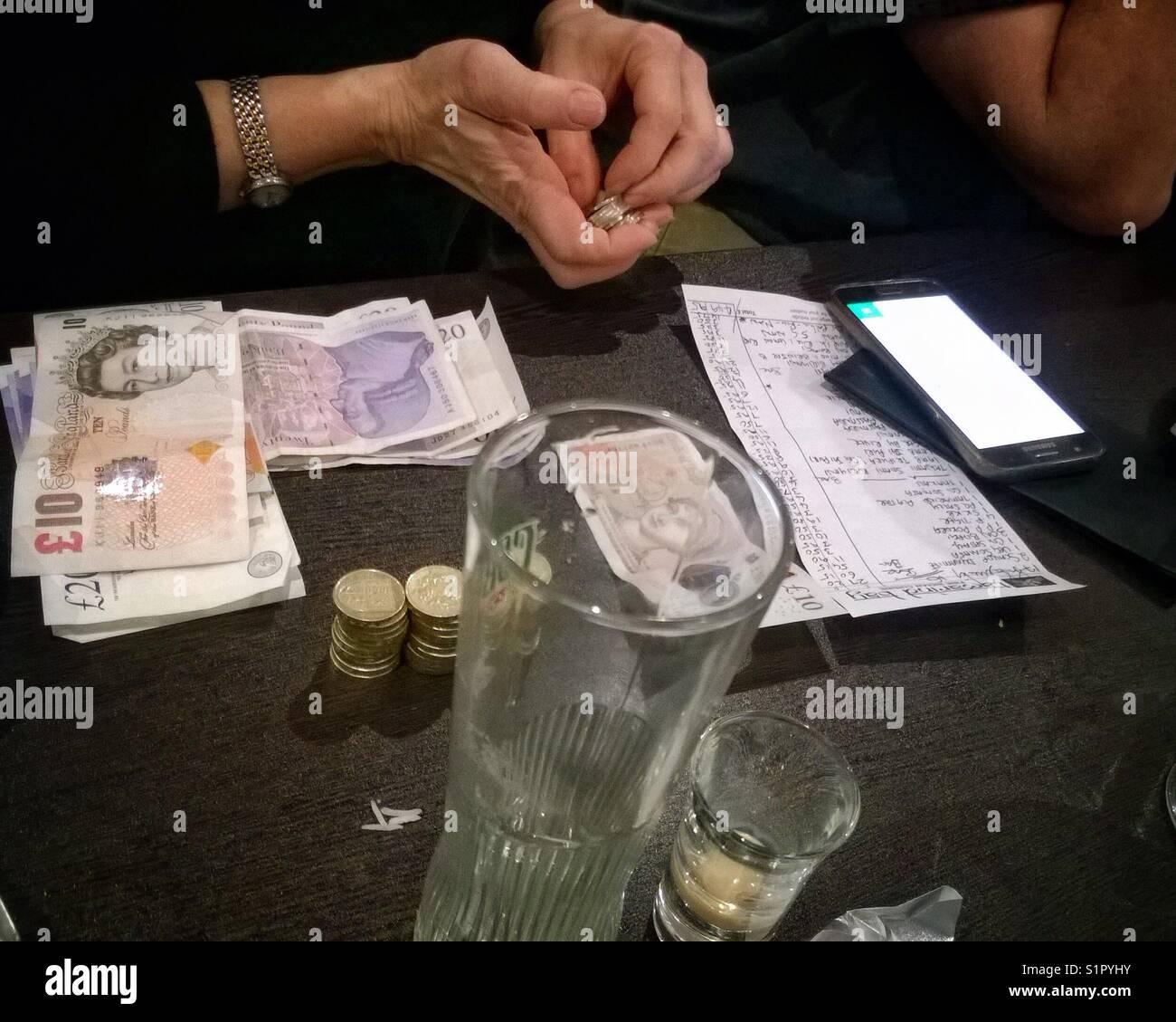 Restaurant diners de scinder le projet de loi à la fin du repas. Photo Stock