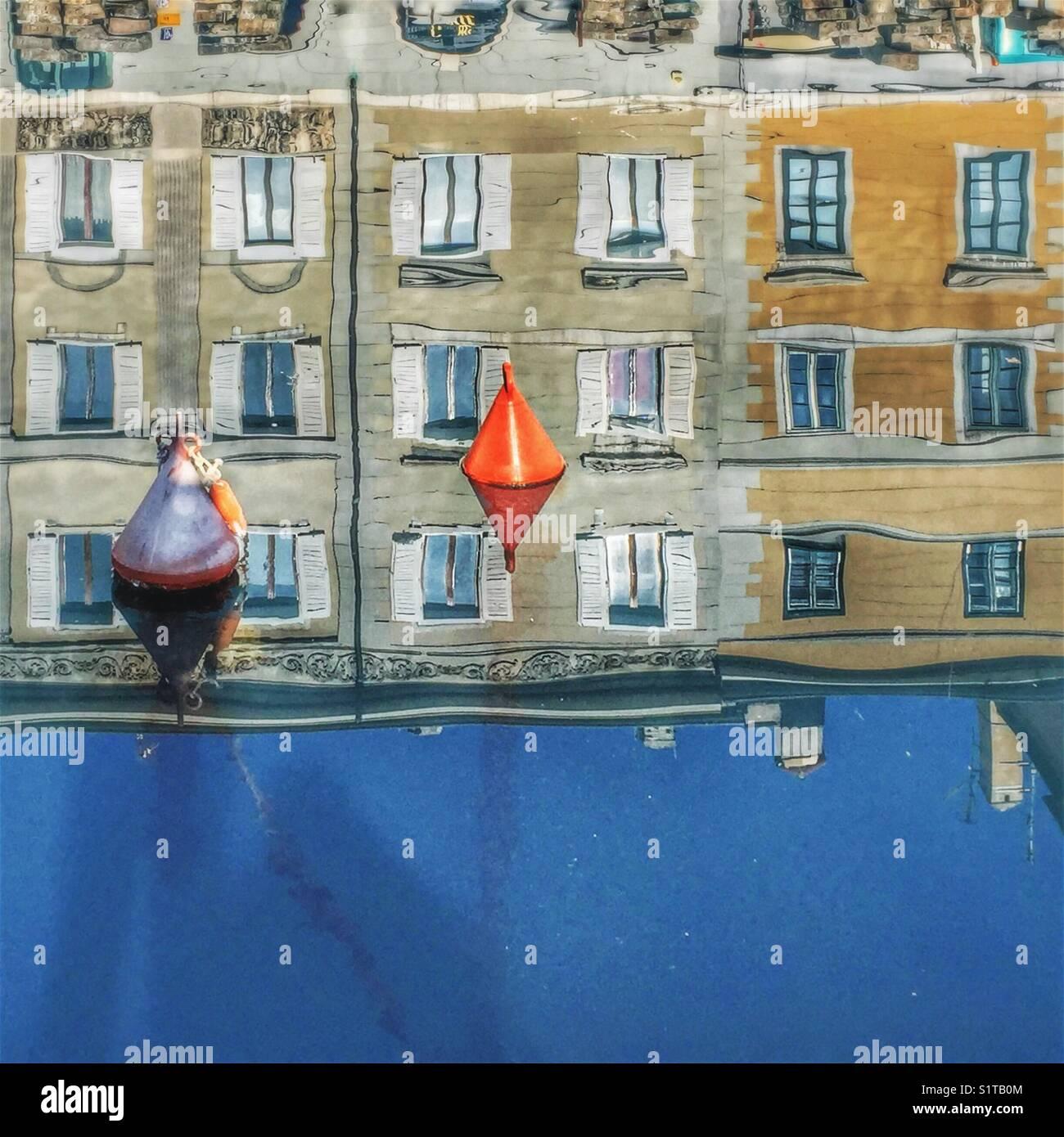 Réflexions de maisons dans l'eau - canal Grande, Trieste, Italie Photo Stock