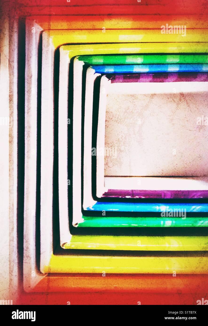 D'en haut/vue plate de cartons de couleur arc-en-ciel les blocs d'imbrication toy traitées pour faire un grunge Banque D'Images