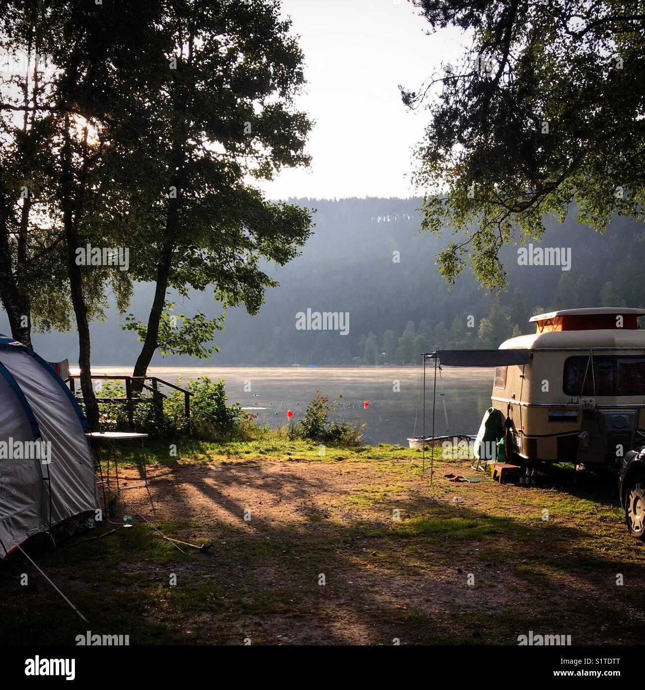 Camping au bord du lac Titisee dans la Forêt Noire allemande Photo Stock