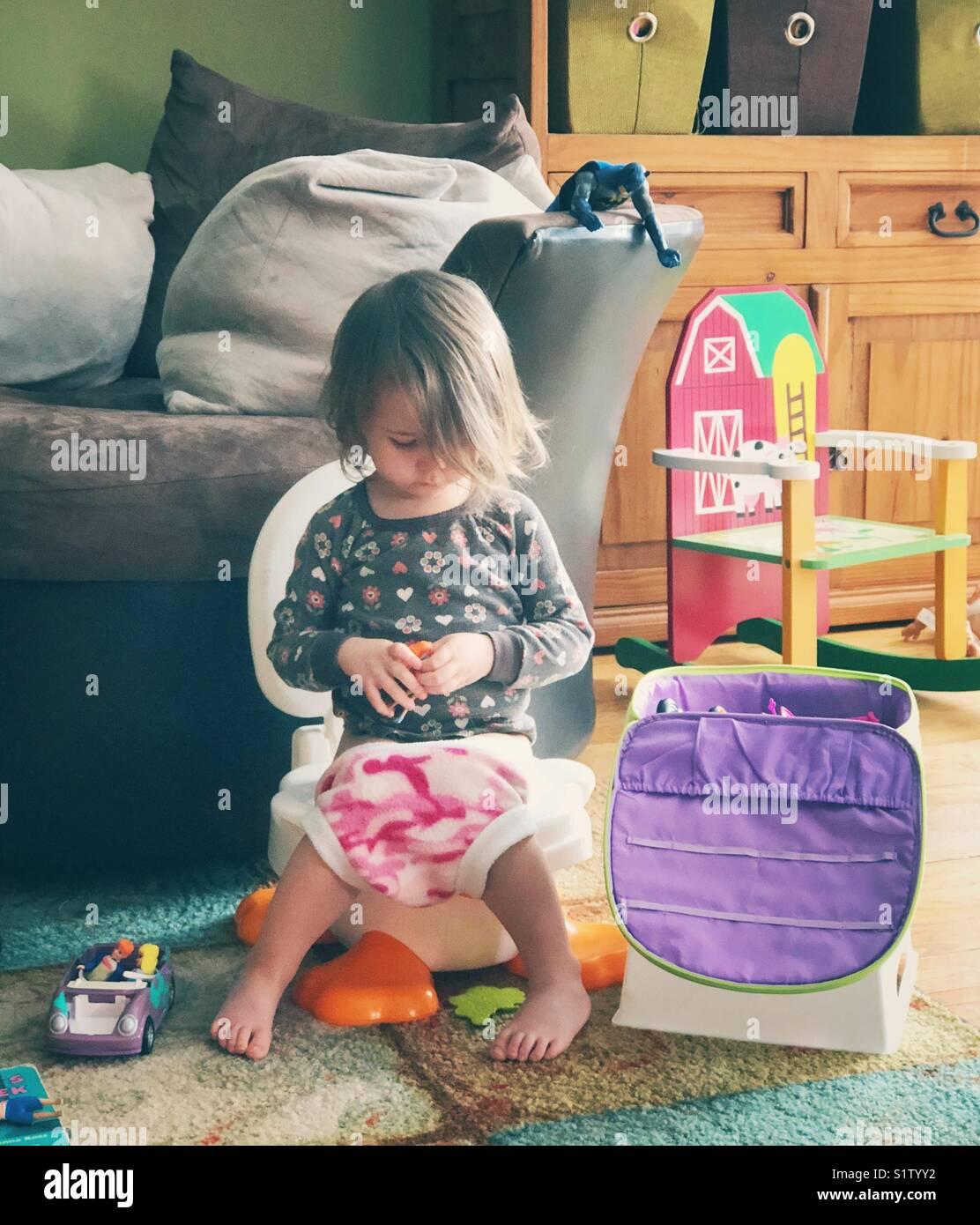 Image Style De Vie Authentique Franche Aerial Sur Chaise Pot Avec Des Jouets Dans La Chambre Famille Alors Que Lapprentissage Propret