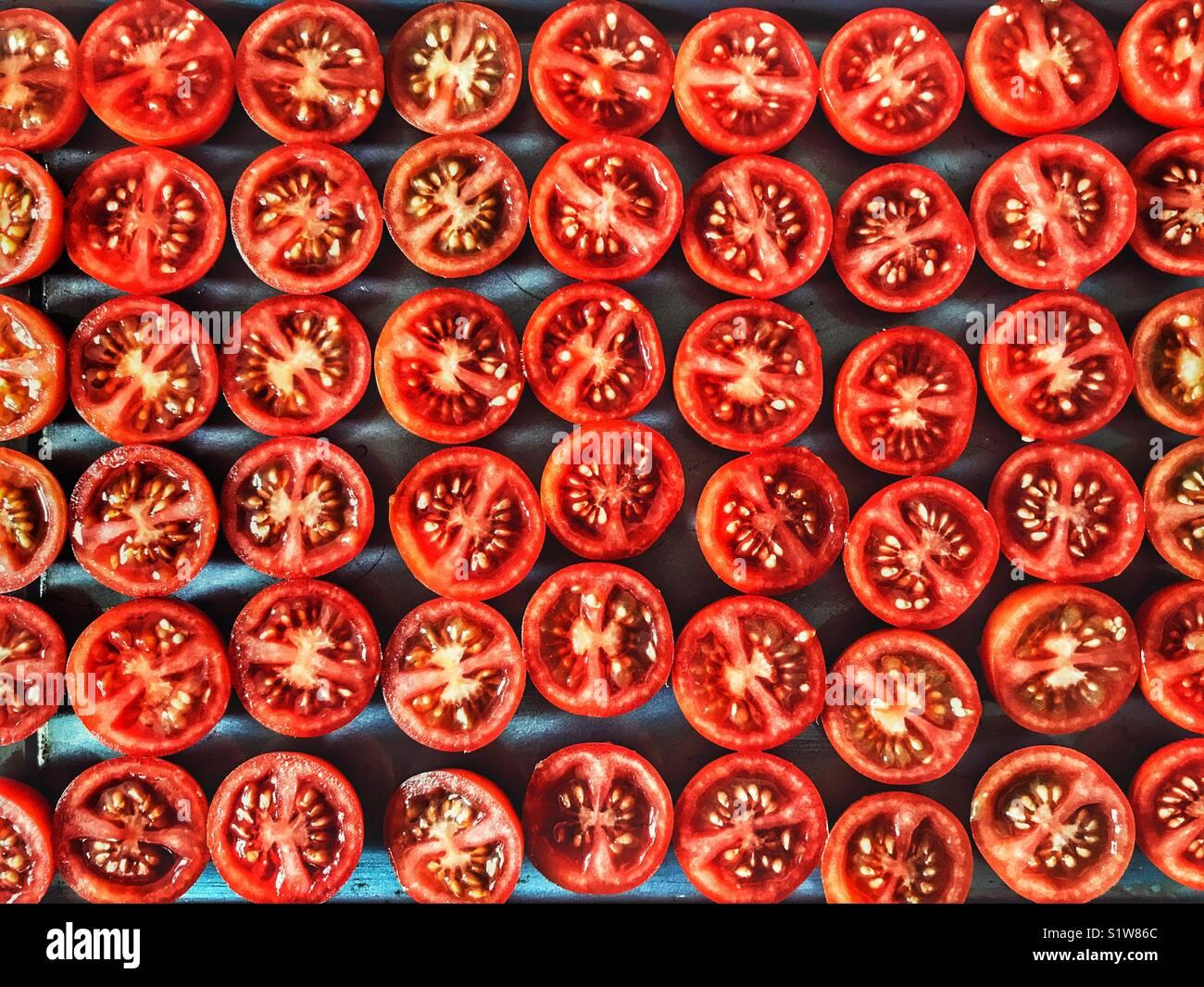 Tomates cerise, sur une plaque de cuisson prêt à être rôti au four Photo Stock