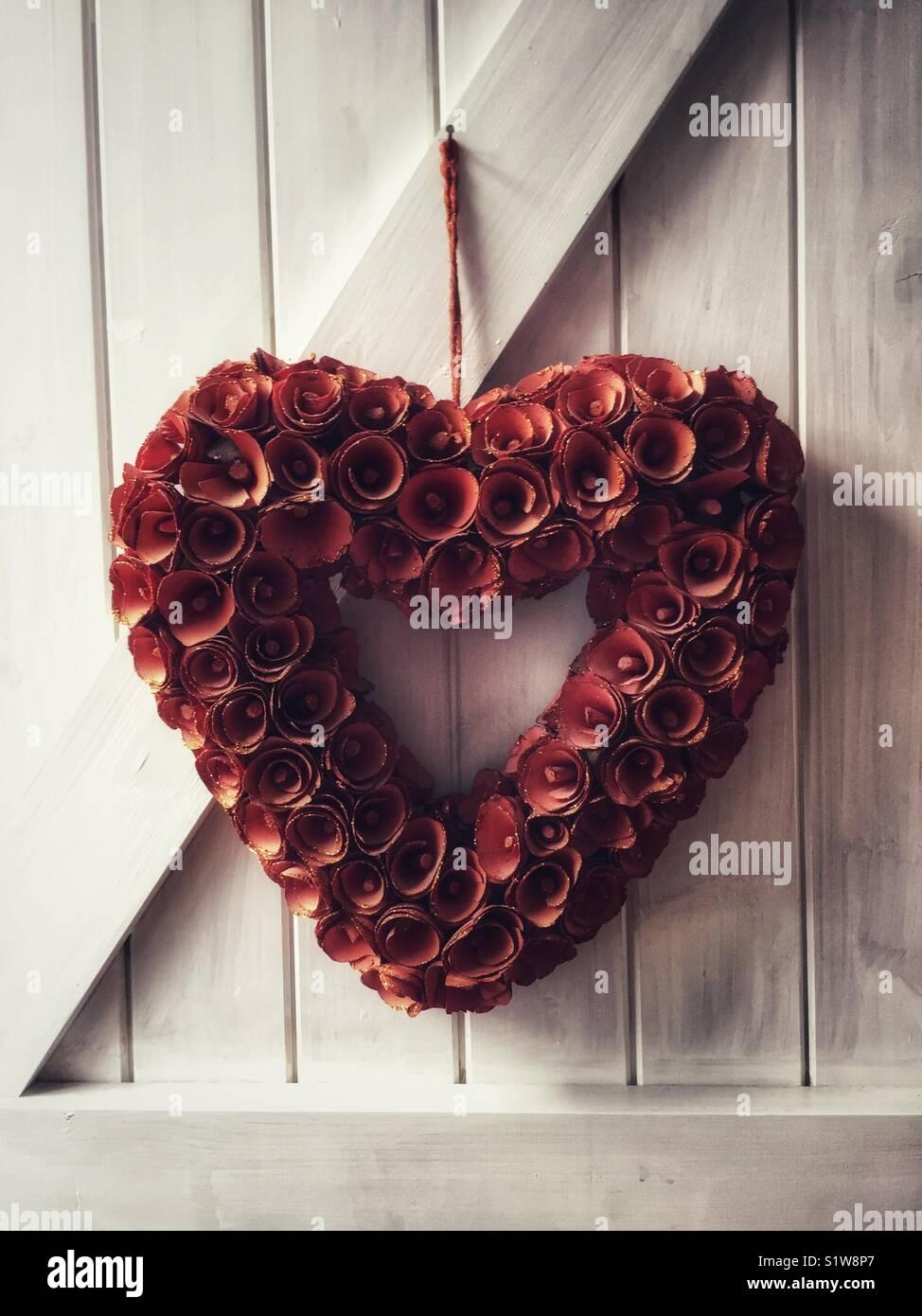coeur de fleurs forme de coeur amour rouge form de fleurs l 39 amour et la romance ou le symbole. Black Bedroom Furniture Sets. Home Design Ideas