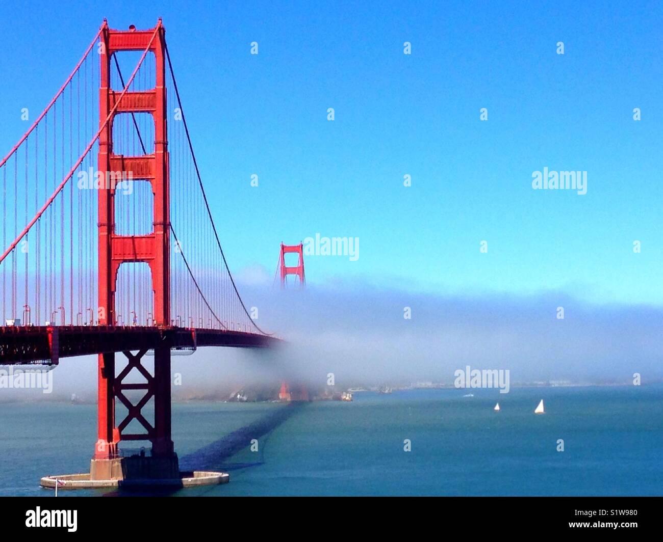 Le brouillard de la courroie sur le Golden Gate Bridge. Photo Stock