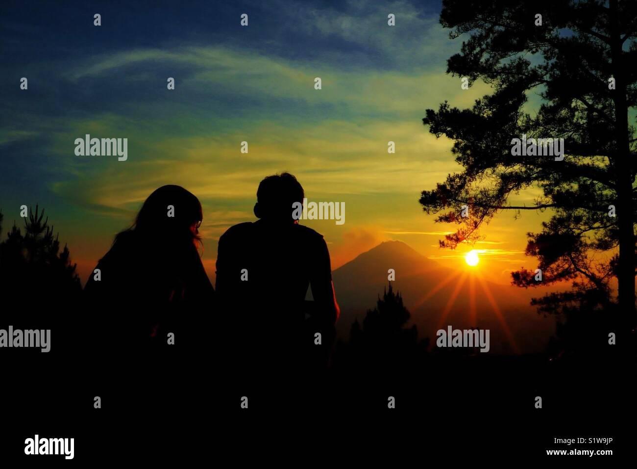 Le mont Sinabung dans le coucher du soleil Photo Stock