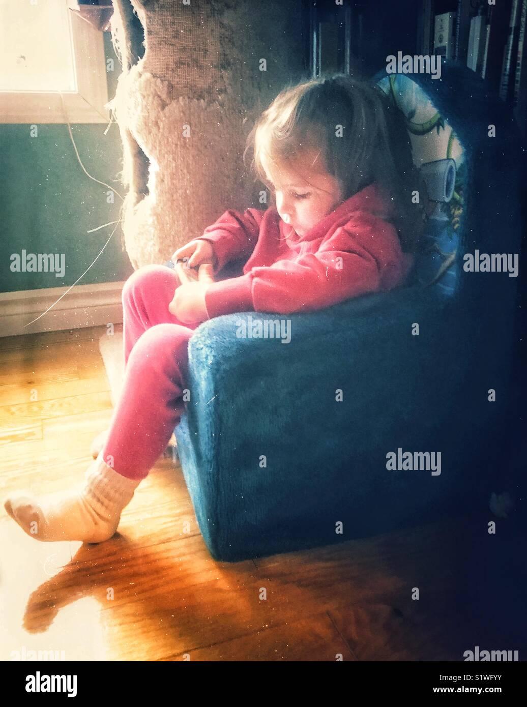 Vue latérale d'aerial en peluche pour enfants chaise à côté d'une fenêtre tout Photo Stock