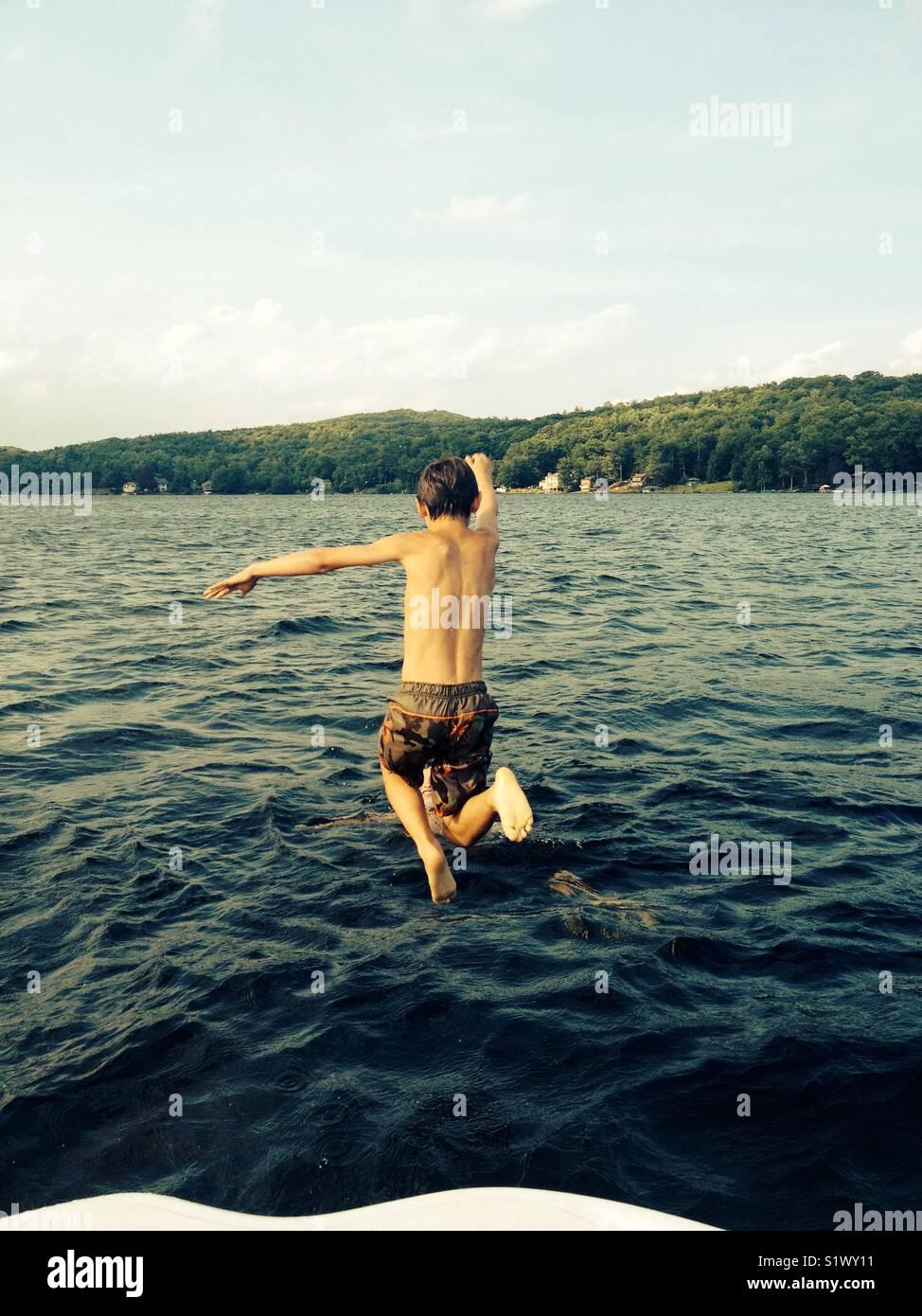 Sauter dans un lac Photo Stock