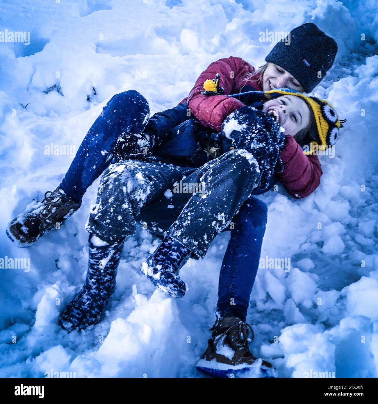 La mère et l'enfant dans la neige Photo Stock