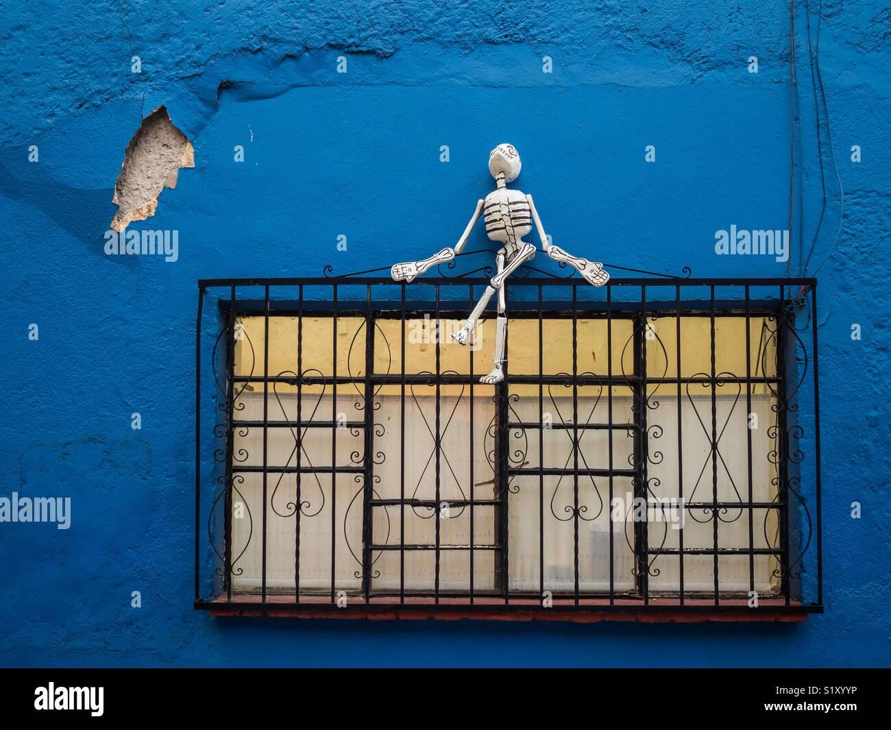 Squelette sur une fenêtre au Mexique Photo Stock
