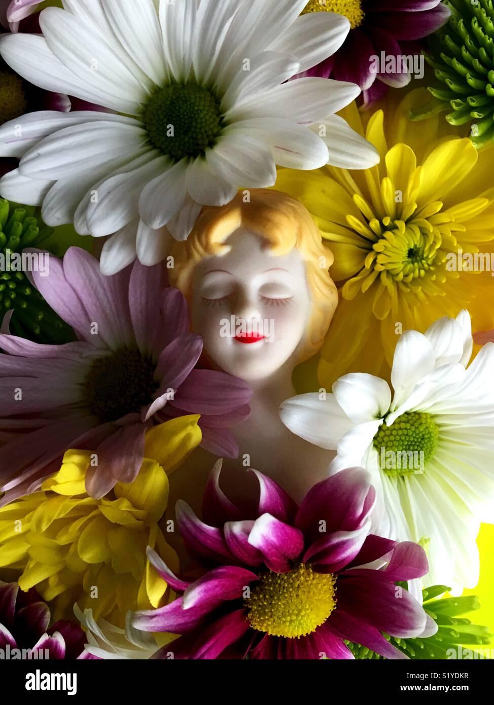 Nature morte avec fleurs et vintage doll. Banque D'Images
