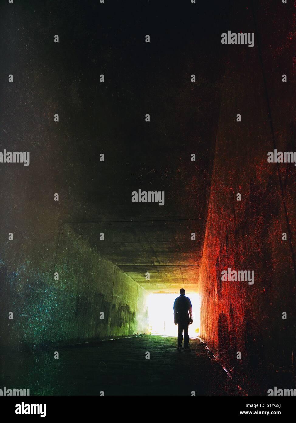 Silhouette d'un homme se tenait dans un tunnel Photo Stock