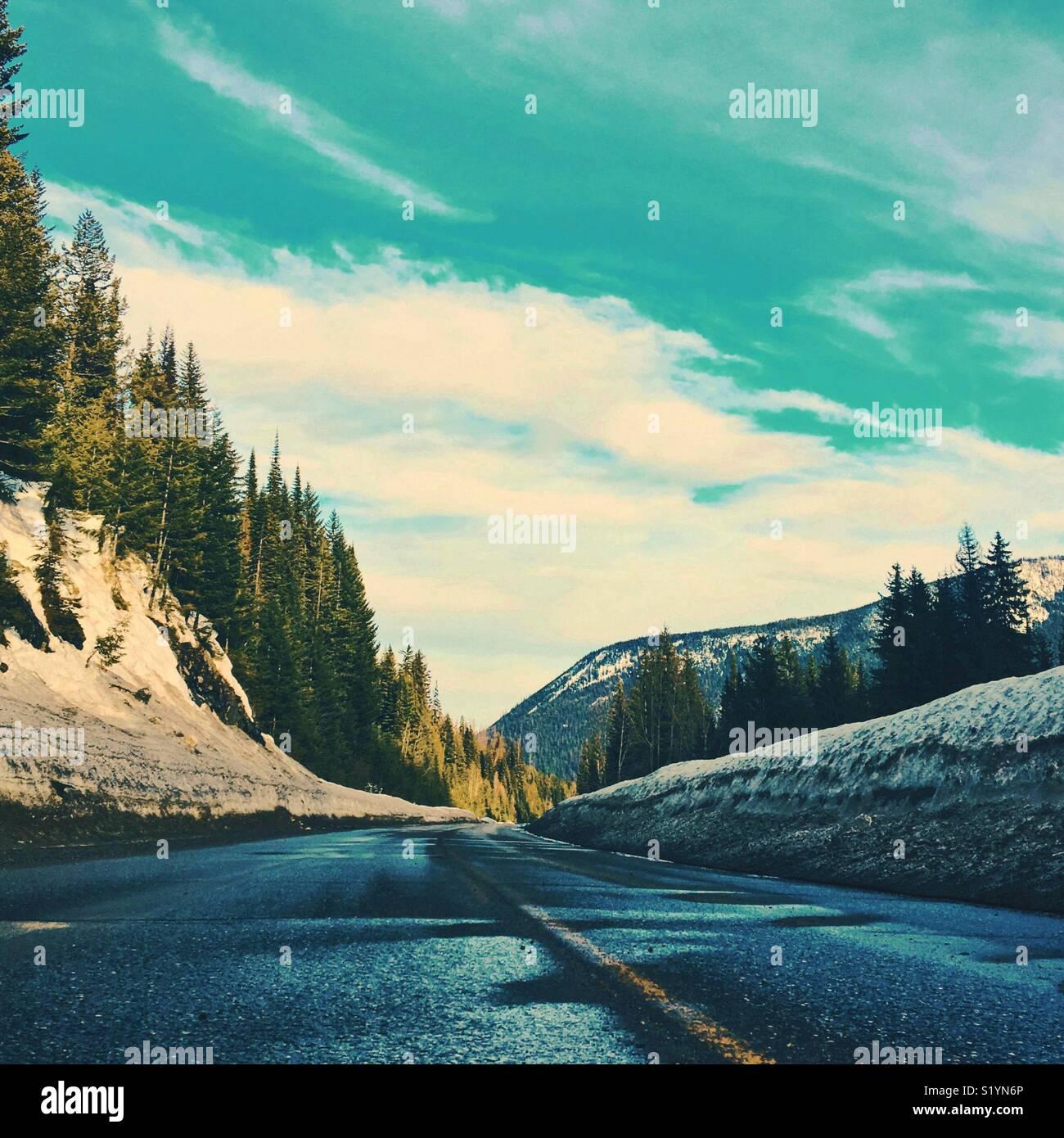 L'autoroute vide sur une journée d'hiver ensoleillée. Les carrés. L'espace pour copier. Photo Stock