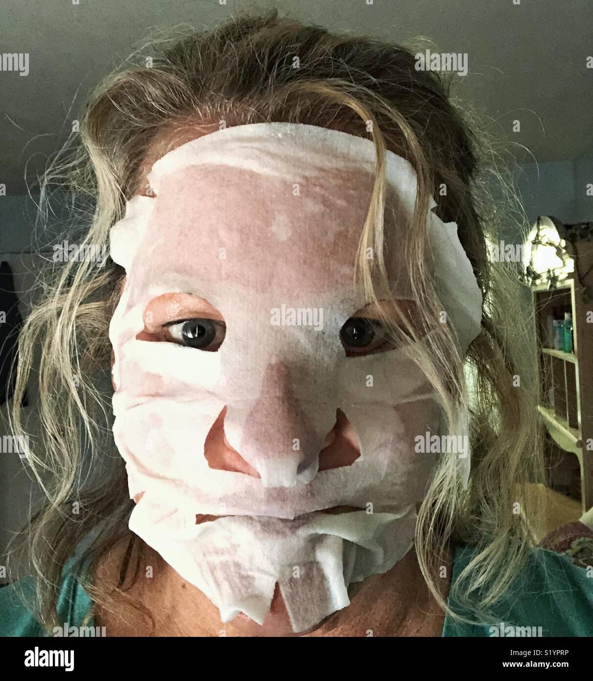Traitement masque de beauté pour aider à soulager les lignes de plaisir, les rides et les taches du soleil Photo Stock
